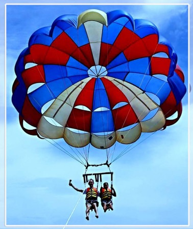 Hundred-Islands-Parasailing